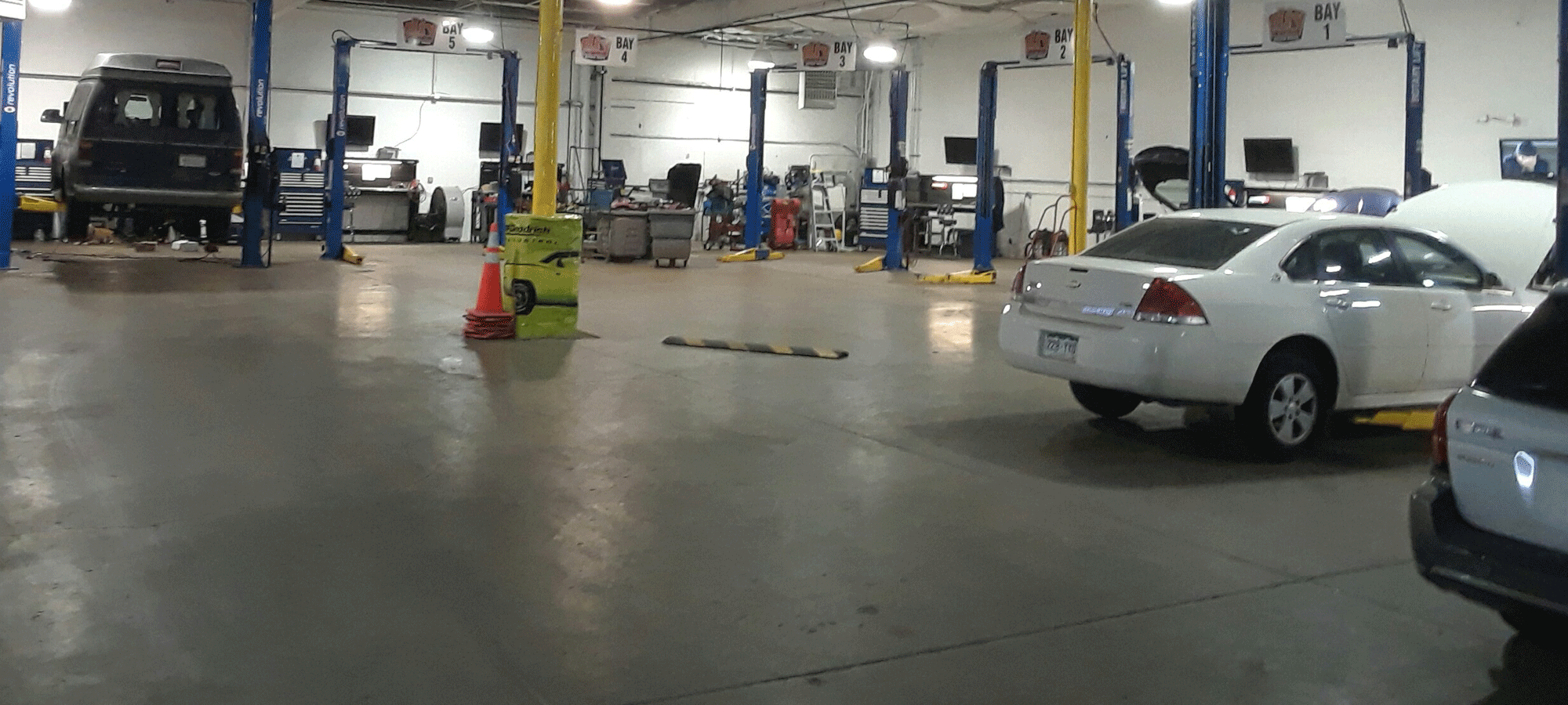 Diy auto repair shops equipped self service garage bays save even more money on auto repair solutioingenieria Image collections